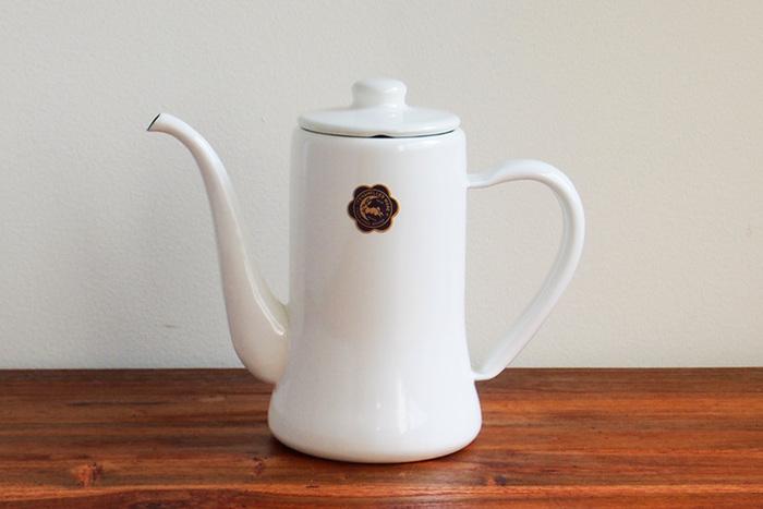 おなじみの野田琺瑯の月兎印。丸いフォルムながらすっきりとした印象で人気です。細い注ぎ口はコーヒーには欠かせません。