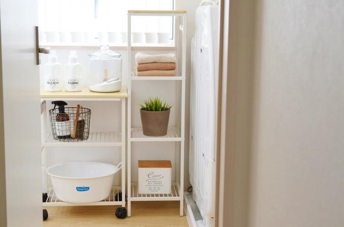 洗濯に関するものはなるべく一つの空間にまとめて、統一感のある色やブランドで合わせるのがポイント。見た目もシンプルかつお洒落で、使い勝手もGOOD。動線上に洗濯に必要になるものを置いておけば、効率もUP!時間短縮&自分の時間確保につながります。