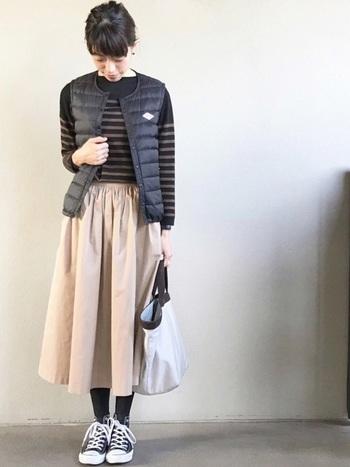 インナーダウンベストは、気軽に羽織れる冬のおすすめアイテム。ボリュームのあるフレアースカートは、トップスをコンパクトにまとめるとバランスよくまとまります。