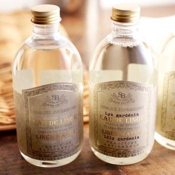 リネンウォーターは、ハーブなどの植物からエッセンシャルオイルを抽出した際に残る香りが凝縮した蒸留水のこと。アイロンのスチーム水として霧吹きに使ったり、すすぎの際に香り付けとして使うこともできます。