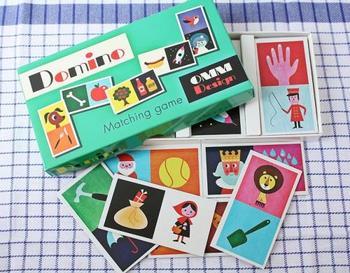 絵をつなげて遊ぶ紙製のドミノは、額に入れてインテリアにしたいほどの可愛さ♪同じ絵を並べるのではなく、犬→骨、テニスボール→テニスラケットなど、連想ゲームのように繋げていくから、大人も思わず夢中になる家族で楽しめるアイテムです。