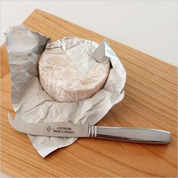 おうち飲みが好きな方に、チーズナイフを贈るのはいかが?フランスの老舗社L'ECONOMEのナイフは、傘のロゴマークがワンポイント。お好みの大きさにチーズをカットしたら、先端の尖った部分で刺してサーブできるスマートさも魅力的。カマンベールチーズやブリーなどの柔らかいチーズもきれいにカットできます。