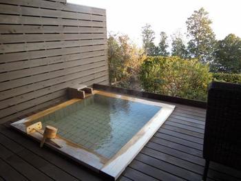 熱海温泉の歴史は古く、その歴史はおよそ1200年前にまでさかのぼります。また、志賀直哉や谷崎潤一郎、太宰治などの文豪や文化人たちにも愛され、熱海を舞台に描かれた文学作品も数多く残されています。
