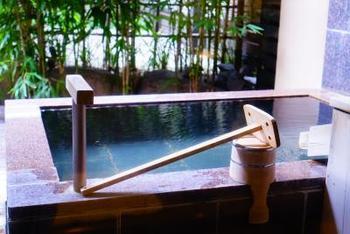 熱海温泉の泉質は塩化物温泉と硫酸塩温泉が約9割を占めており、1日の総湧出量が約24,000トンと圧倒的な湯量を誇る温泉です。