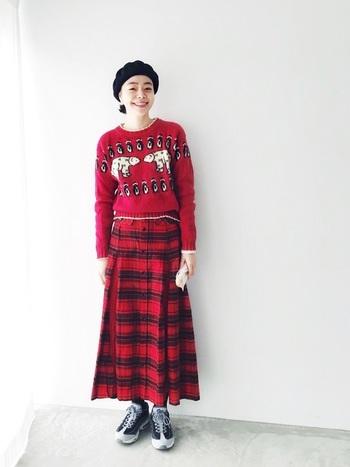 かわいい古着のセーターとスカート。赤×赤だけど、うるさくならず、程よいバランスでまとまっているのが素敵。こんなかわいいセーターを着たら、自然と笑顔がこぼれそうです。