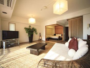 """また、家族、カップルと宿泊タイプで選べる豊富なお部屋の種類も魅力です。""""暮らすように泊まれる""""2LDKの和洋室タイプのお部屋はとっても広々。日常の延長線のような感覚で、気兼ねなくご利用頂けます。"""
