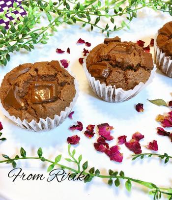 板チョコをそのままいれたマフィンは、カリカリのチョコの食感も楽しめます。板チョコはあえて大きめに割るほうが美味しいですよ。