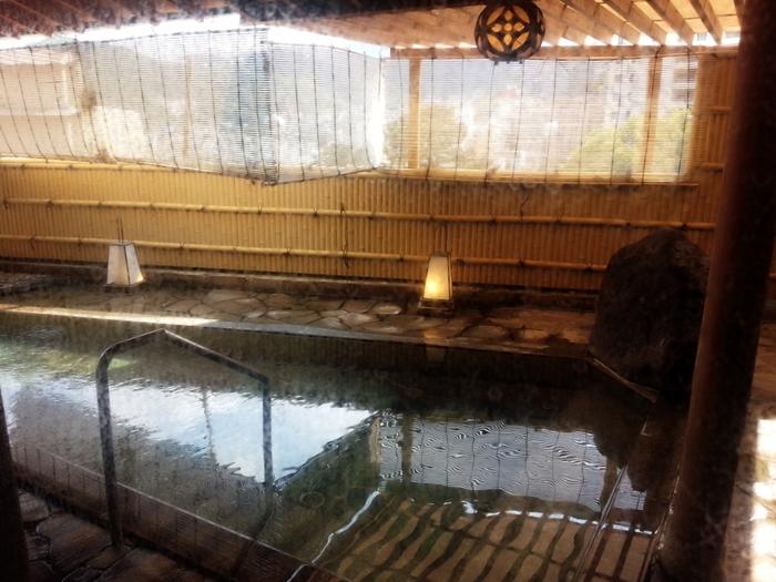 2本の自家源泉で泉質はナトリウム・カルシウム塩化物温泉でpHは7.7。広々とした「芭蕉の湯」露天風呂は陽射しの強い昼間や雨の日でも屋根付きなので安心です。