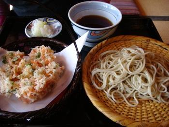 こちらは桜海老かき揚げ天せいろ。大きなかき揚げはさくさくと抜群の食感が最高です。