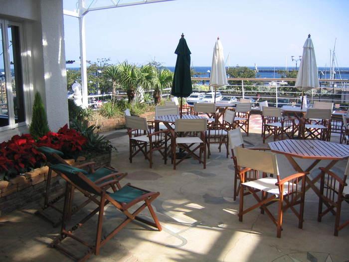 1947年創業の老舗コーヒー店。リニューアルした、熱海の海を一望できる2階のテラスが人気です。海を眺めながら、船の汽笛を聞きながらのランチなんてオシャレですね!
