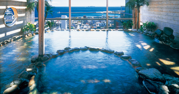 熱海温泉の魅力はお湯だけでなく、なんといってもその景色。山沿いの宿からでも海沿いの宿からでも海を眺めながら入ることのできる露天風呂は解放感も違います。そして、温泉で癒されたらお腹を満たすことも忘れずに♪  熱海へリフレッシュの旅に出かけてみてはいかがでしょうか?