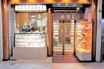あんみつと言えば上野の「みはし」も有名店。入り口の横ではテイクアウト用のあんみつが売られています。