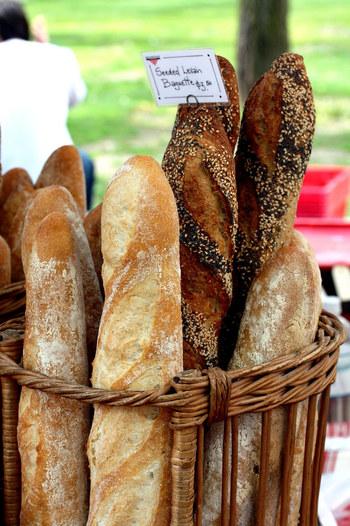 フランスパンの中で最もポピュラーなバゲット。「棒」という意味を持ち、60~80cmほどの長さが特徴です。パリパリ部分が多いため、皮が好きな方におすすめです。
