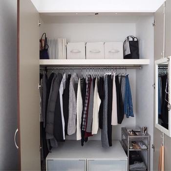 季節ごとに衣替えをしなければならないクローゼット。でも、服を最小限に減らすことで、衣替えのいらないクローゼットにすることもできます。一目で全てのアイテムが見えるくらい物を減らせば、後の管理がとても楽になります。