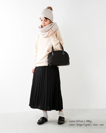 冬に着たくなるホワイトのニットに合わせたいスヌード。ほっこり優しい印象で、かわいらしさをアップしてくれそう。