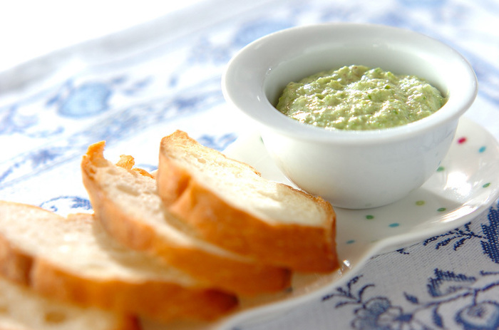 """そのまま食べるのはもちろん、具材をのせて""""食べられるプレート""""として楽しむこともできます。ペーストやパテをのせたり、チーズをのせて焼いても◎"""