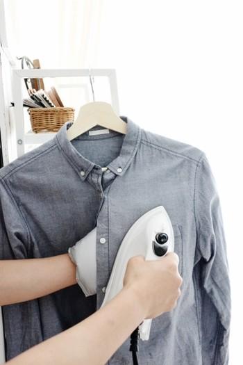 アイロンがけは、面倒だと感じる人が多い家事の一つ。アイロンとアイロン台を毎回出さなければいけないのは面倒ですよね。手につけられるアイロングローブは、衣類のちょっとしたシワを伸ばすのに役立ちます。100円ショップでも購入できます。