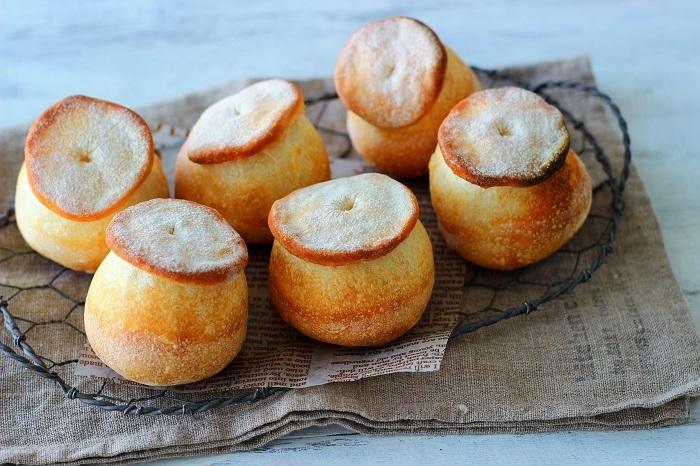 きのこみたいな小型の可愛らしいパンで、プチバゲットとも呼ばれます。丸い部分のしっとり感と、傘部分のカリカリの、2つの食感が楽しめるのが特徴です。