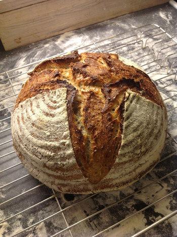 パリ近郊の田舎で作られていた、ゴロッと重量感のあるフランスパン。通常の作り方とは異なり、天然の酵母を使って発酵させるため、独特の酸味と香りを持っています。