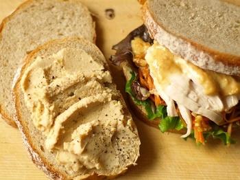 他のフランスパンに比べると中のキメが細かくウェットな食感で、スープに合うパンとして知られています。噛むほどに素材の風味が口いっぱいに広がりますよ。