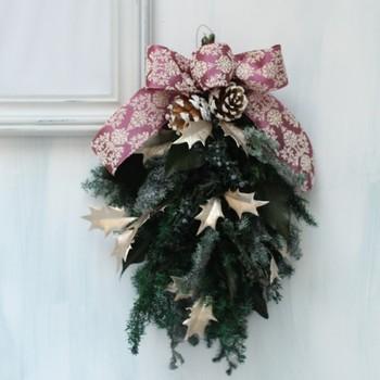 柊とマウンテンジュニパーを使ったスワッグは、クリスマス〜節分まで冬を盛り上げてくれそうなスワッグ。リボンは選べるそうですよ。