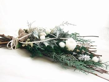 柊やムロスギに真っ白なローズが素敵なスワッグ。ナチュラルでほどよいボリューム感です。