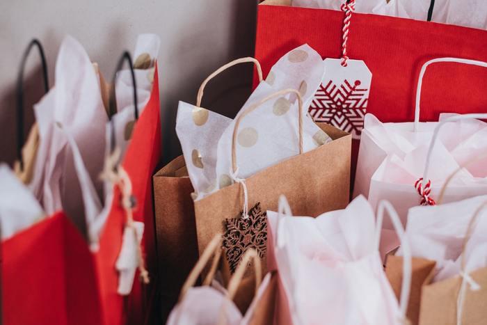 クリスマスプレゼントなど、季節的なものであればメッセージを添えなくとも模様や色合いで華やかに彩ることができるのが、タグの良いところです。