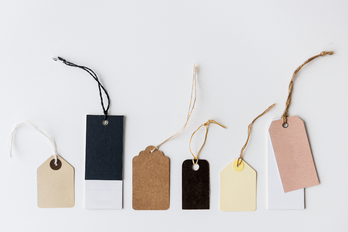 タグはそれ自体が個性的でおしゃれですよね。素材や色合い、紐の色など自由に組み合わせて、オリジナルのタグを作って添えてみませんか?