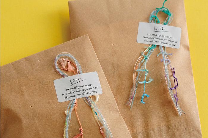 カラフルな毛糸をシールで貼り付けて。紙袋だからこそ、糸の色合いや雰囲気が生かされます。