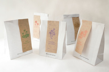 いただいた紙袋に花と花言葉が書かれた帯が添えてあったら、とても嬉しくなりますね。