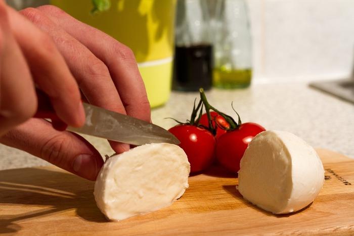 水分が多くて、風味もあっさりしているので食べやすいチーズです。モッツァレラチーズやクリームチーズなど、食べる機会も多いのではないでしょうか。熟成していないので香りが強くなく、食べやすいチーズです。お菓子作りにもよく使われます。