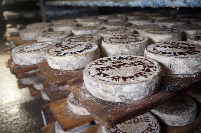 自宅で好きなチーズを少しずつつまみながらワインを飲んだり…なんていうのもちょっとした贅沢気分を味わえますよね。