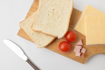 プロセスチーズとは、1種類or数種類のナチュラルチーズが原料となっているチーズのことで、アメリカンチーズとも呼ばれています。