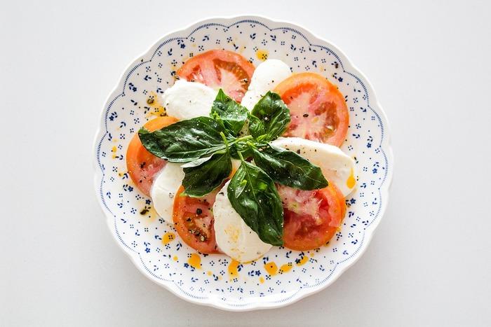 やっぱり定番のカプレーゼ。トマトとモッツアレラを交互に並べて、バジルを添えるだけ。味付けはオリーブオイルと塩コショウ。とっても簡単なのに、見た目も華やかで、とっても美味しい。