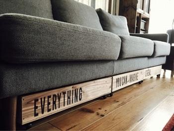 この手作りのボックスが収まるのは、ソファ下のちょっとした隙間。サイズがぴったりなのも、手作りならではの良さです。
