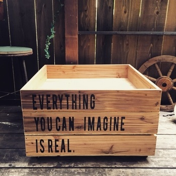 最後にご紹介するのは、DIYのキャスター付きボックスです。写真は同じサイズのボックスを3段重ねた様子。ステンシルやペイントで素敵な雰囲気に仕上がっています。