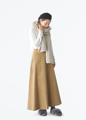 Aラインのシルエットで主に使われるのは、ワンピースやギャザースカート・フレアスカートなどの裾にかけて広がりのあるアイテムです。太ももやふくらはぎなど、自分がカバーしたい部位に合わせてボトムスの長さを選ぶのも良いでしょう。