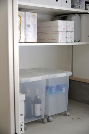 こちらは、土間の収納スペースに置かれているキャスター付きのボックス。中には、まとめ買いしている飲料水や食用油などが収納されています。
