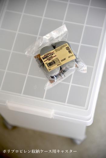 ボックスは【無印良品】のポリプロピレンキャリーボックス。専用のキャスターが別売りされており、自分で簡単に取り付けられるようになっています。