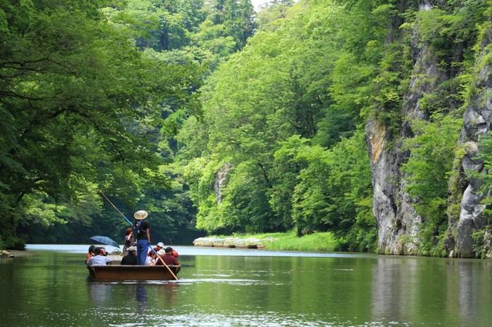 まずはじめは、一関市にある日本百景のひとつ・猊鼻渓(げいびけい)。「猊鼻渓舟下り」は船頭さんの手漕ぎで進むので、渓流を静かに満喫することができますし、時に舟歌を聞きながら自然を楽しむことができます。観光客は特に新緑や紅葉の季節の時期に増えますが、冬はまた違った美しさと楽しみを体験できるとして人気なんですよ。