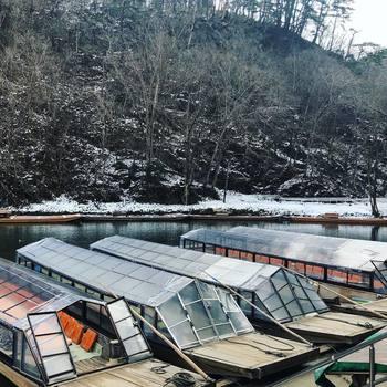 12月~2月末までは、こたつ舟に。ビニールシートの中でこたつにあたりながら、ゆったりと川の流れを感じるのはまさに私服のひと時です。