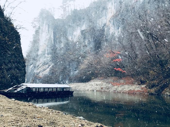 こちらが冬の猊鼻渓の様子。全長約2キロのそびえ立つ絶壁に冬枯れの景色、そして降り注ぐ雪が見事にマッチしていますね。