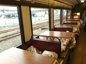 こちらがこたつ列車の車内。厳しい寒さで冷えた体にとって、あたたかいこたつに入る瞬間はまさに至福のひと時です。