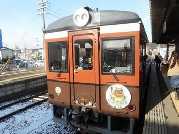 岩手県久慈市から宮古市をつなぐ、三陸鉄道線北リアス線。毎年冬になると、掘りごたつとストーブを装備した車両がお目見えします。レトロな車体もとても可愛らしいですね。
