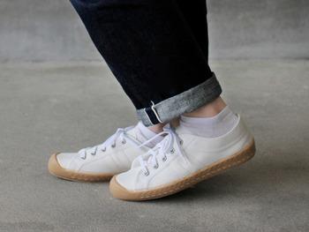 真っ白と生成りの他に、ベージュのソールを組み合わせたデザインも。どれも癖がないから色々なコーディネートに履きまわせそうです。