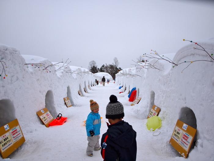 冬の小岩井農場は、ウィンターイルミネーションだけでなく「いわて雪まつり」の会場にもなります。雪まつりでは、雪像やステージショー、花火、雪灯籠などさまざまなイベントが開催されますが、小岩井農場では、こちら「かまくら食堂」を堪能できます。かまくらの中ではなんとジンギスカンを楽しむことができるので、一生の思い出になるかもしれませんよ。