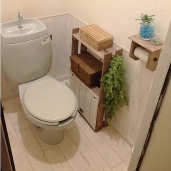 壁に腰壁風の壁紙を施したDIYには見えない可愛らしい仕上がり。壁、ゆか、収納棚、ホルダーと木目を用いることで統一感がUP。
