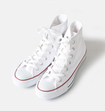 せっかく買った白スニーカー。お手入れをして長く愛用したいもの。ポイントは予防とこまめな拭き取りです。