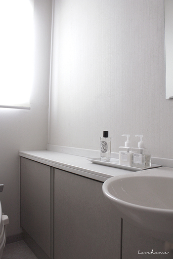 お手洗いは何かと汚れが気になる、どちらかというと人の目から隠しておきたいスペース。だからこそこだわりを込めた自由なコーディネートができる場所でもあります。お気に入りを取り入れたり、壁紙に凝ってみたり、家族や来客に喜んでもらえる快適で素敵なトイレのインテリアについて考えてみませんか?