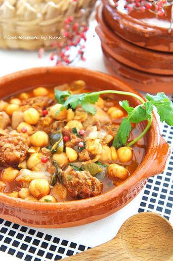 ひよこ豆をモツと煮込んだスペインの家庭料理、カジョス。本来はハチノス(牛の胃袋)を煮込みますが、ここでは茹でた豚足を用いてこってり風味に。チョリソとパプリカの辛みがじわーっと効いて、体も心も温まります。